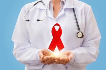 Доктор с символом ВИЧ