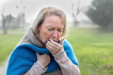 женщина сильно кашляет