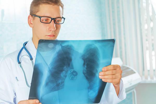 задумчивый доктор с рентгеном